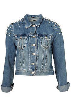 Giacca di jeans con le borchie scelta da Monica Sirani
