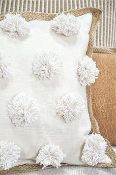 This is such an easy and so so pretty pom-pom pillow you can make. A great addition to your home decor. Sewing Pillows, Diy Pillows, How To Make Pillows, Decorative Pillows, Bed Pillow Arrangement, Diy Pillow Covers, Pom Pom Maker, Pillow Inspiration, Flower Pillow