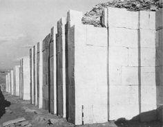O muro tinha dez metros de altura, o que representa, aproximadamente, quatro andares de um edifício moderno, quinhentos e cinqüenta metros de comprimento, cinco quarteirões e meio em linha reta de norte a sul, é a metade exata desta distância, duzentos e setenta e cinco metros de largura, de leste a oeste. O muro é o primeiro componente da máquina quântica desenhada por Imhotep, em Saqqara, todo complexo era como um grande circuito eletrônico, só que em pedra e em maior escala.