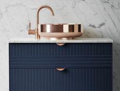 vasque-salle-de-bain-dore-miroir-mur-clair