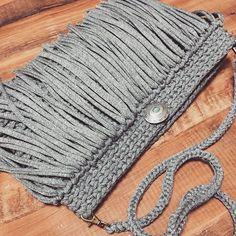 Связанная трикотажной пряжей сумка с бахромой