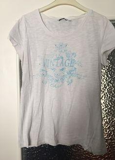 Kaufe meinen Artikel bei #Kleiderkreisel http://www.kleiderkreisel.de/damenmode/kurzarmlig/123845370-weisses-shirt-mit-aufdruck-und-glitzersteinen