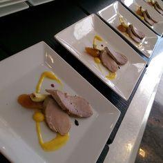 Solomillo de cerdo asado con calabacin,chutney y vinagreta de mango