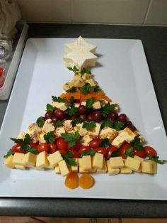 A Christmas cheese platter Christmas Nibbles, Christmas Cheese, Christmas Buffet, Christmas Party Food, Xmas Food, Christmas Appetizers, Christmas Cooking, Christmas Goodies, Christmas Treats