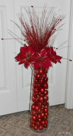 Christmas Tree Decorations Diy Holiday Tables 26 Ideas – My World Christmas Vases, Christmas Table Centerpieces, Easy Christmas Decorations, Christmas Arrangements, Diy Christmas Tree, Gold Christmas, Christmas Projects, Simple Christmas, Tree Decorations