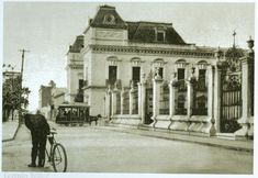 Ciclista al frente de la Catedral al fondo antiguo Casino Monterrey