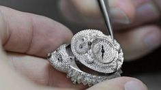This unique secret watch requires hundreds of hours of work by the finest talents of our Haute Joaillerie workshops.