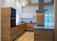 Wir fertigten diese wunderschöne Küche mit Massivholzfronten aus Eiche komplett in unserer Werkstatt. Die Arbeitsplatte ist aus Beton, die Schubkästen aus massiver Eiche, es stecken sehr viele Details in dieser Wohnküche die jetzt in dem kernsanierten Fachwerkhaus zu Hause ist.