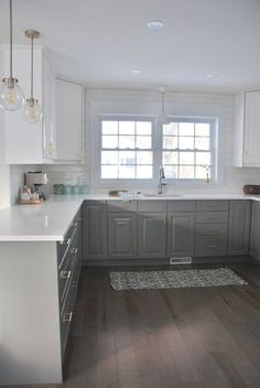 Love the two tone painted cabinets in this kitchen. They gray and white mix is perfect. #PaintedCabinets