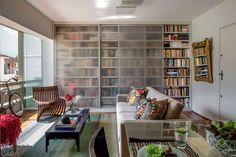 Estante para livros fechada com vidro fosco. Reforma no apartamento abriu espaço para os livros do morador - Casa
