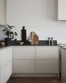 Nordic Kitchen - Nordic Kitchen - Light gray in frame minimalist kitchen with a . - Nordic Kitchen – Nordic Kitchen – Light gray in frame minimalist kitchen with a limestone count - Nordic Kitchen, Scandinavian Kitchen, New Kitchen, Kitchen Decor, Scandinavian Design, Condo Kitchen, Kitchen Hair, Kitchen Island, Kitchen Ideas