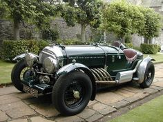Bentley Brooklands Racer Based on 1950 Chassis by highly respected builder Bob Petersen. This example fitted with litre straight 8 cylinder, auto gearbox, with 4 side draught SU carburettors produces huge power and torque with distinctive bark Bentley Auto, Bentley Motors, Bentley Brooklands, Auto Retro, Retro Cars, Bentley Continental Gt, Old Race Cars, Vintage Race Car, Collector Cars