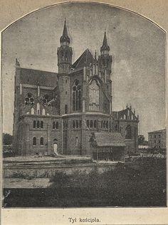 13419200_1009589055743060_6262216534203400111_n.jpg (715×960) Trzy zdjęcia z czasów fest archaicznie odległych.  Nasza Praga kochana i budowa Floriana ... rym nie przypadkowy. Fotografia z majstrowania zwieńczenia wieży jest fenomenalnie wspaniała, ciekawe jak oni to machnęli ? Dronem odpada, może z drugiej wieżycy lub kładki ? Kościół budowano w latach 1887-1904, według projektu Józefa Piusa Dziekońskiego. Jegomość miał fenomenalne rączkie do takich budowli ! Materiał ze strony polona.pl