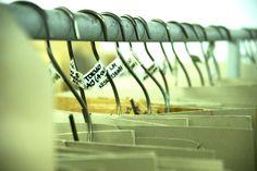 TEHDÄÄN HYVIN | HANDMADE QUALITY Työvaihe: Leikkauskaavoja nahalle | Craft: Leather cutting patterns Tuotantolinja: Sohvat | Production line: Sofas  #pohjanmaan #pohjanmaankaluste #käsintehty
