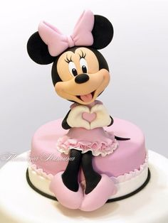 pink and white fondant, minnie mouse cake topper, white background If you are currently in the middle of organizing your little one's birthday party, feel free to pick a Minnie Mouse cake to surprise them with. Bolo Do Mickey Mouse, Bolo Da Minnie Mouse, Minnie Mouse Cake Topper, Mickey And Minnie Cake, Minnie Mouse Birthday Cakes, Mickey Cakes, Mickey Birthday, Cake Birthday, Baby Cakes