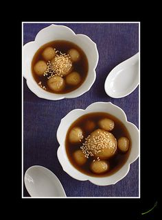 Baing Cha-nerk (Rice Dumplings stuff with Mung bean in a sweet ginger sauce)
