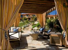 ungefütterte bunt gemusterte Vorhänge-Bänder mit Quasten-mediterrane Terrasse