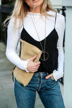 Street style look com blusa manga longa branca, regata alcinha fina preta e…