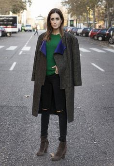 making short work of the feature for Vogue Spain. Stella McCartney coat, Michael Kors jumper, Prada boots and Sophie Anderson bag. Gala Gonzalez, Stella Mccartney Coat, Street Chic, Street Style, Chic Outfits, Fashion Outfits, Pull Gris, Cardigan En Maille, Vogue Spain