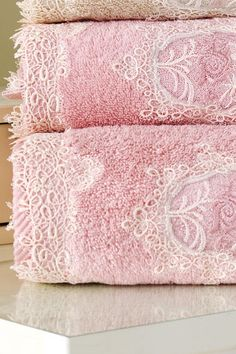 detail ornamentálního zdobení ručníků a osušek DESTAN