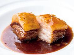 《 白金 》イベリコ豚の角煮黒酢仕立て  シェフズテーブルであなたのためのコースを『私厨房 勇』  贅沢に配されたカウンターは、すべての席から原 勇太シェフの機敏な調理風景が臨めるシェフズテーブル。毎年訪れる香港で受ける刺激が投影された料理の数々は、一見シンプルだが丁寧な仕事が施され、食べ手の五感に訴えかてくる。   『私厨房勇』の提案する私房菜とは、有名シェフが自宅に友人を招き、食事を振る舞う香港式の食文化。主体となるのはコースメニュー。ゲストの要望を聞き、その人のためのコースを組み立てる。その手間ゆえ、席はカウンター8席のみ。   ベースとなるのは広東料理。自家製の干肉のようなクラシカルさもあれば、豚の角煮と黒酢を合わせる独創的な一皿も。「今度は何を食べようか」。店を出る頃には、次回への期待に心高まる。
