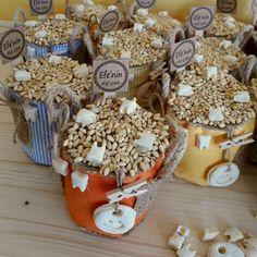 Diş buğdayı küfeleri, bebeğinizin dişini kutlarken misafirlerinize dağıtabileceğiniz; içerisinde buğday ve diş motifleri bulunan eşsiz bir tasarım ürünüdür.