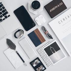 Grid aesthetic ✔️ Card wallet by @_josephandco_  #grid #flatlays #flatlay #flatlayapp