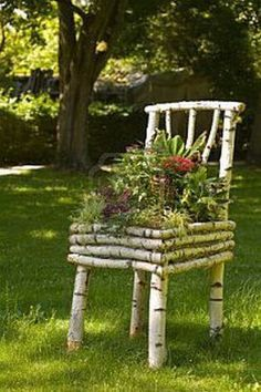 diy garden Pieces of wood branches transforming into stunning DIY decoration for the garden We are in a time when we do garden decorations are not just skill but also creative projects that matter. Diy Garden Bed, Garden Crafts, Diy Garden Decor, Balcony Garden, Garden Projects, Garden Decorations, Herb Garden, Outdoor Projects, Diy Projects
