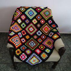 Manta de Crochê Colorida, feita de lã. 134cm x 130cm NÃO TRABALHAMOS COM ENCOMENDAS PEÇA ÚNICA DISPONÍVEL APENAS NESTA COR E NESTE TAMANHO