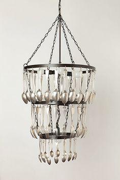Avete presente i vecchi e sontuosi lampadari a più piani? Ecco una rivisitazione utilizzando delle vecchie posate