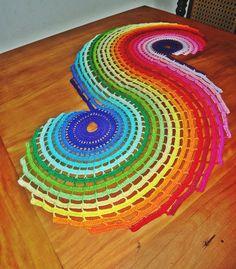 Trilho de mesa em crochê fractal com formato em S