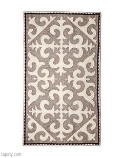 Las alfombras de fieltro Shyrdak están creadas por mujeres de Kirguistán y eran utilizadas originalmente por los nómadas para decorar los interiores de los yuks. Cada alfombra es única y enteramente elaborada a mano en lana merina y karakol. Las artesanas siguen utilizando procesos ancestrales y 100% naturales; tanto en el lavado como en proceso de teñido y tejido.