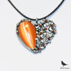 Zlatá mandle – náhrdelník Autorský cínovanýnáhrdelník se skleněným oranžovým kabošonemsmetalickým efektem ve tvaru kapky. Polovinu přívěšku vyplňují drobné kytičky se skleněnými oranžovými středy. Vše doplňují kuličky z cínu. Celý šperk je ruční práce, je vytvořen bez bižuterních komponentů.Šperk je zavěšen na černépřírodní kůži ...