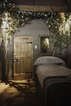 Salon and spa decor ideas rain forest day spa looks like an awesome bedroom to me . salon and spa decor ideas spa room Massage Room Decor, Massage Therapy Rooms, Spa Room Decor, Day Spa Decor, Massage Room Design, Sala Facial, Enchanted Forest Bedroom, Reiki Room, Esthetician Room