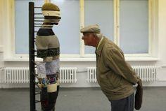 Un homme regarde une oeuvre intitulée Carte des organes, par Mariechen Danz, à l'exposition berlinoise Based in Berlin.