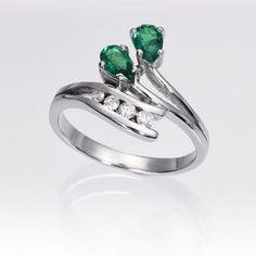 Anillo de esmeraldas y diamantes OSIRIS. Anillo de 2 esmeraldas talla pera y 4 diamantes talla brillante, engastados en una montura de oro blanco de 18 kilates.