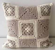 Neutral Scatter Cushion, Decorative Throw Pillow, Cream Accent Pillow, Neutral Living Room, Granny Square Cushion, Crocheted Throw Pillow de TheKnottyHome en Etsy https://www.etsy.com/es/listing/216122477/neutral-scatter-cushion-decorative-throw