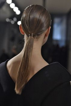 Sharp, wet-look ponytails made up the uniform look at Jil Sander, where the legendary Sam McKnight cocktailed mousse, gel and serum in models' hair. In-Trend Beauty Looks apt for that Glitzy New Year's Party Look Slick Hairstyles, Ponytail Hairstyles, Cute Hairstyles, Creative Hairstyles, Hair Styles 2016, Medium Hair Styles, Makeup Trends, Hair Trends, Dandy