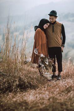 Pre Wedding Shoot Ideas, Pre Wedding Poses, Wedding Props, Pre Wedding Photoshoot, Korean Wedding Photography, Outdoor Wedding Photography, Couple Photography, Prewedding Hijab, Prewedding Outdoor