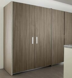 Mueble con bolsillos.  Las puertas ocultan un mueble de trabajo en acero inoxidable con iluminacion.