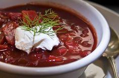 Ecco una delle più note ricette della cucina russa, il borsch o zuppa di barbabietole, dal brillante color rosso viola, e da completare con la panna acida