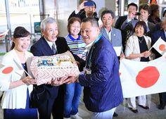 リオデジャネイロに到着し、日本人学校の記念品を受け取る日本選手団の山下泰裕副団長(中央)=リオデジャネイロで2016年8月1日午…