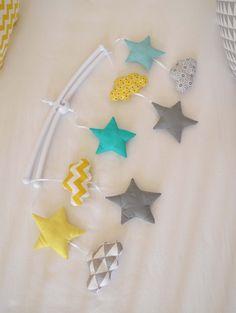 Mobile musical bébé 'MenTalO citronnée' - Nuages et étoiles motifs graphiques…
