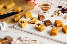 Slik lager du fudge | Julekaker fra Melange Norwegian Christmas, Rocky Road, Marshmallows, Fudge, Dairy, Food And Drink, Cheese, Snacks, Jul Diy