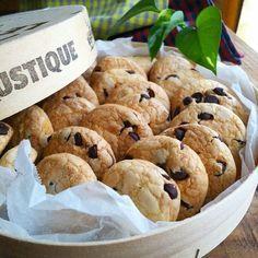 こんにちは。 台風が直撃しそうな予感です! そんな日はおうちでクッキー作りなんていかがでしょうか? 計量からお口まで1時間かからないさくさくクッキーです。 バターもなしで、家計に優しい☆ そしてお子さまに手伝ってもらえる簡単さ❗️ ぜひぜひ。 ―――――――――――――――――――― 薄力粉300 粉砂糖100 (コーンスターチなし)油80 BP小1 生クリームか牛乳大2~溶き卵(調整) チョコチップ 100g (チョコチップなしなら、バニラエッセンスを) ―――――――――――――――――――――― 溶き卵は固さ調整なので、一個分といておいえください。 薄力粉、砂糖、BP、をあわせてふるう。…
