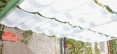 Filtrage des rayons du soleil, ombre, vent : pour profiter pleinement de votre pergola, fabriquez et installez des voilages qui feront office de stores. Cons...