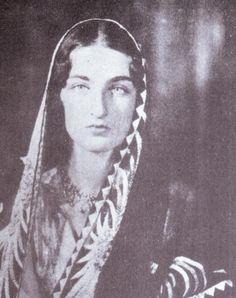 صورة جميلة ونادرة للاميرة درالشهوار ابنة الخليفة عبدالمجيد الثاني وعمة الاميرتان نسل شاه وهانزاد