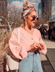 it-girl - moletom-mom-jeans-lenco - moletom e mom jeans - meia estação - street style | A peça básica ganha um twist com lenços e acessórios descolex.