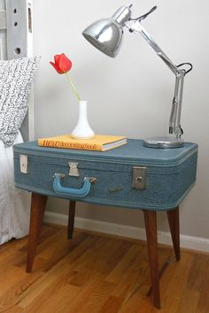 Une valise devient table de chevet Quand une ancienne valise rencontre des pieds de table basse, cela donne une jolie table d'appoint. Une création qui est sortie de l'imagination de la jeune blogueuse Reeves.   ©  Theweatheredoor