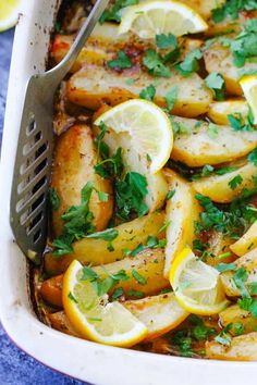 This Greek Lemon Potatoes recipe uses the best russet Idaho® Potatoes ( are roasted in a very flavorful liquid made from chicken broth, extra virgin olive oil, fresh lemon juice, garlic, and dry oregano. Best Side Dishes, Healthy Side Dishes, Side Dish Recipes, Veggie Dishes, Main Dishes, Greek Lemon Potatoes, Idaho Potatoes, Roasted Potatoes, Cooking Recipes